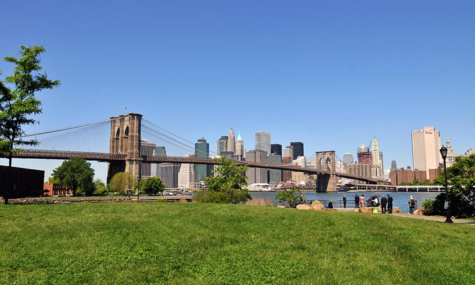aussicht auf die brooklyn bridge park im sommer
