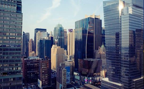 Blick auf Manhattans Wolkenkratzer von der Sky Room-Bar in New York