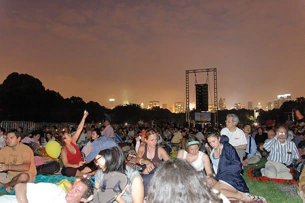 Menschenmenge abends bei Dämmerung Concerts in the Park New York