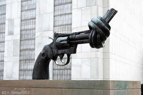 Andreas-Ziemer-New-York-Knotted Gun in front of the United Nations Building
