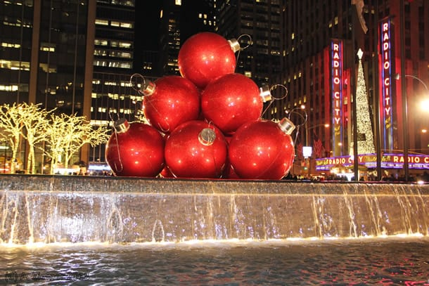 Andreas-Ziemer-New-York-Pyramide of Giant christmas bauble near Radio City Music Hall