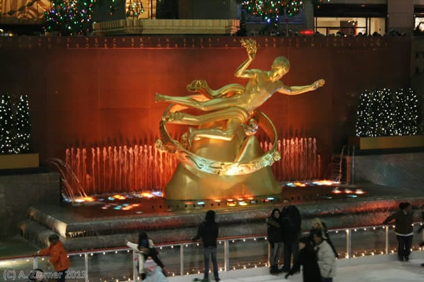 Andreas-Ziemer-New-York-Statue of Prometheus in front of the scating area of the Rockefeller Center