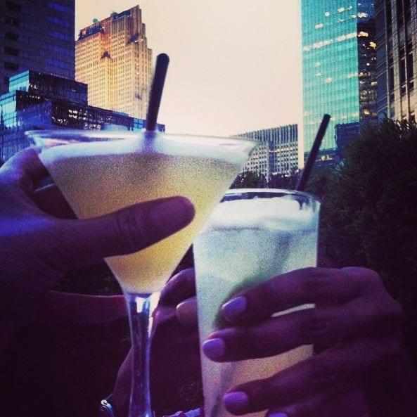 2 Cocktailgläser stoßen an