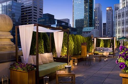 Die Terrasse der Rooftop-Bar mad46 mit grüner Bepflanzung