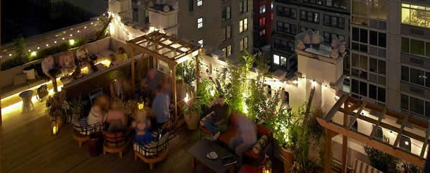 Besucher auf der Refinery Rooftop-Bar in New York