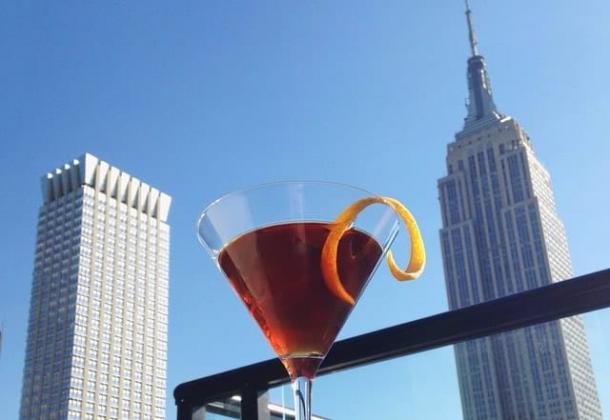 Cocktail mit Blick auf das Empire State Building von der Spyglass Rooftop-Bar