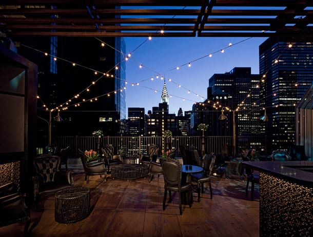 The Kimberly Hotel Upstairs Rooftop-Bars in New York im Winter abends