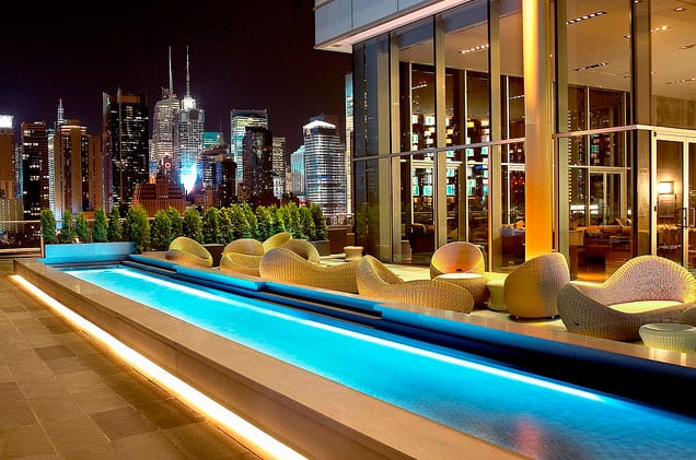 Rooftop-Bar The Press Lounge in New York bei Nacht