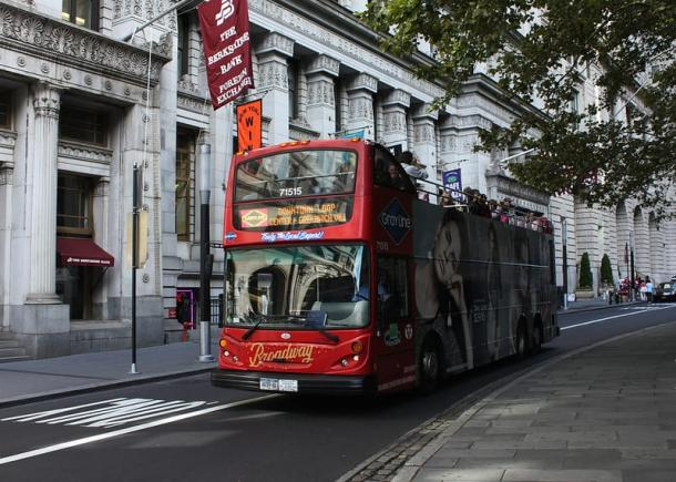 Hop on Hop Off Bus auf Straße