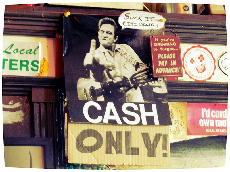 Cash Only Schild in Verbindung mit einem Bild von dem Sänger Johnny Cash