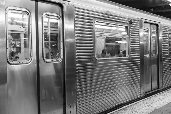 Schwarz-Weiß-Bild der New Yorker U-Bahn von aussen