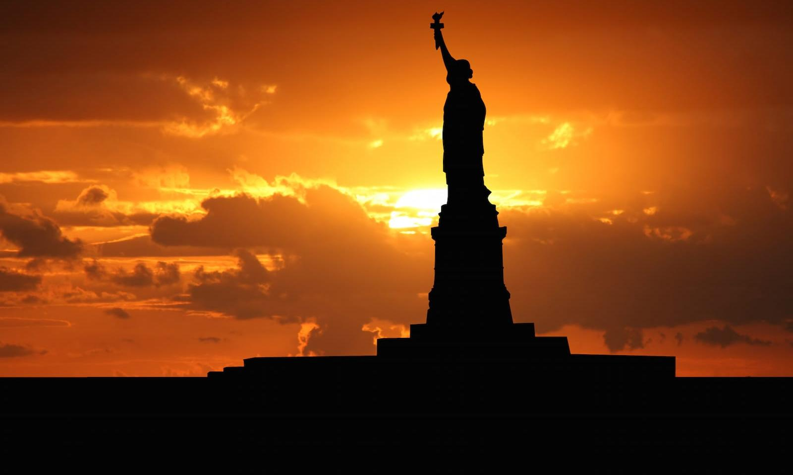 statua della liberta all'ora del tramonto