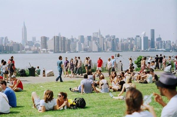 Viele Besucher an der Williamsburg Waterfront in New York