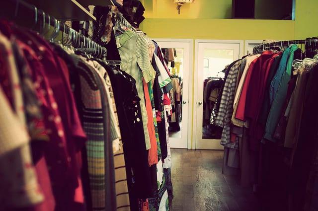 Viele Kleidungsstücke an Kleiderhaken im Bufallo Exchange Store