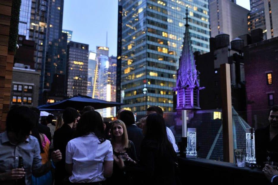 besucher auf dachterrasse haven rooftop bar