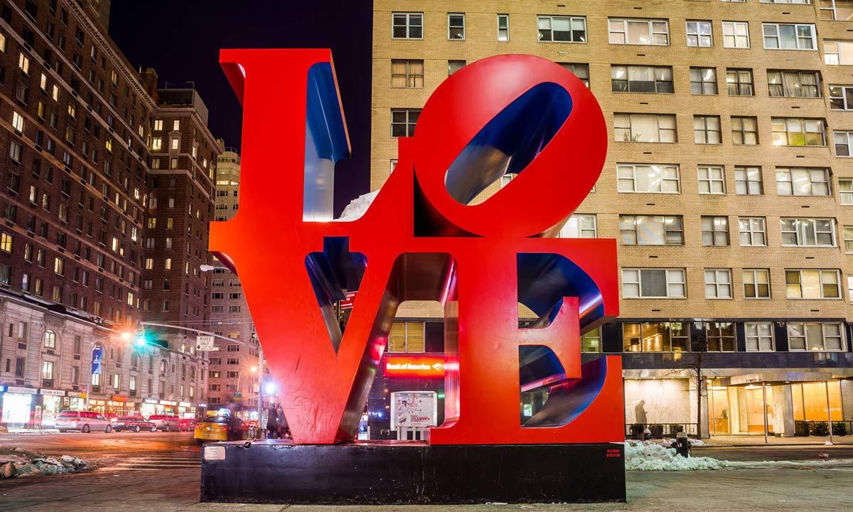 love skulptur in new york bei nacht