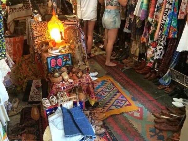 Shopping in Williamsburg: Besucher beim Artists and Flea Market