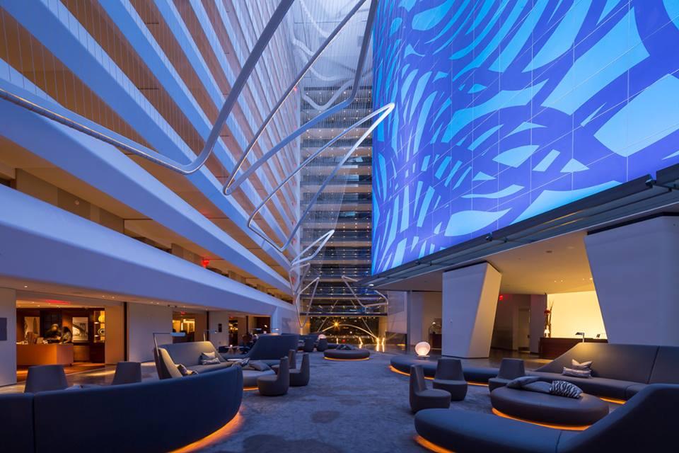 Blau beleuchtete Lobby im Conrad Hotel
