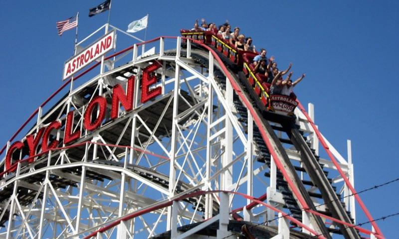 Menschen in einer Cyclone-Achterbahn auf Coney Island