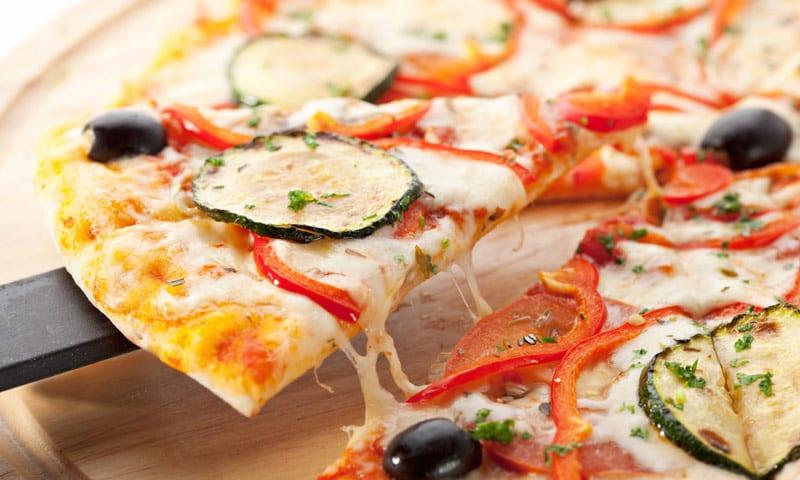 Ein Stück vegetarische Pizza
