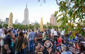 Tantissimi visitatori al 230 Fifth Rooftop Bar a New York