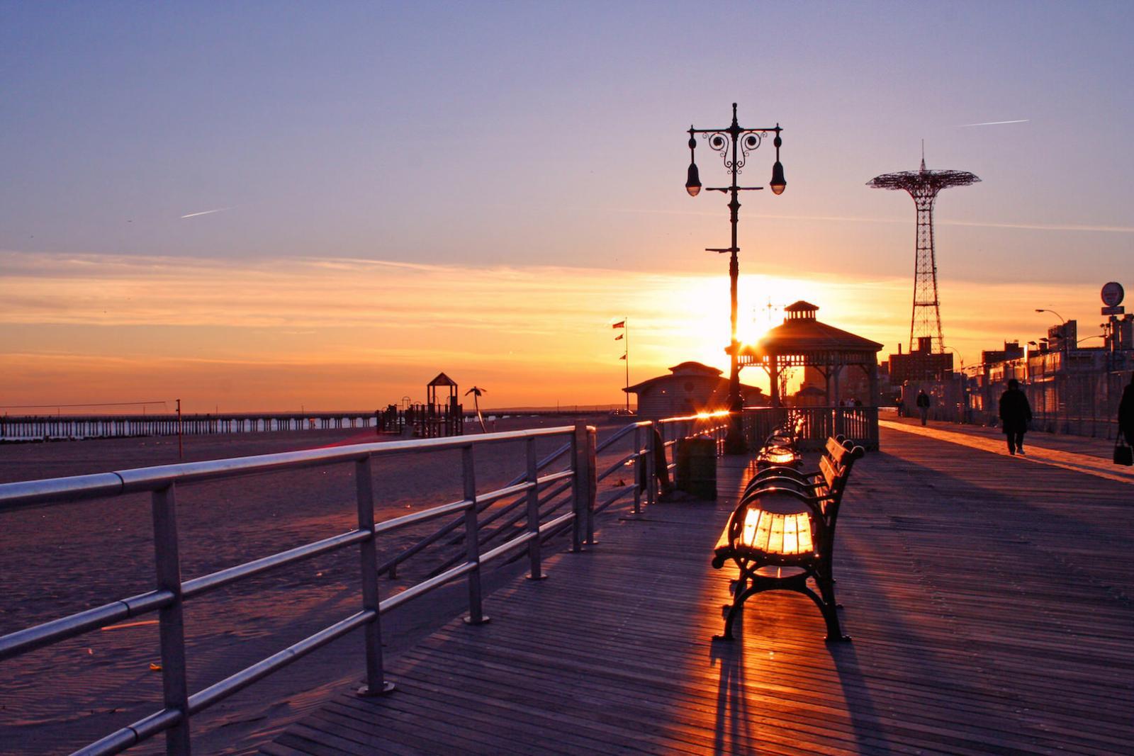 Die Coney Island Promenade bei Sonnenuntergang