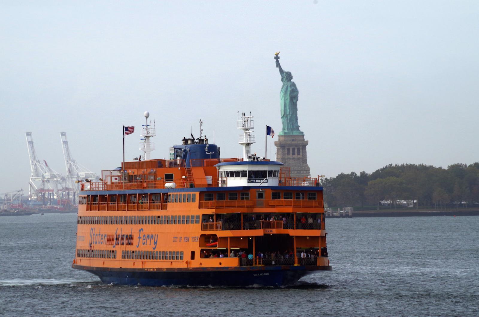 Die Staten Island Ferry mit Blick auf die Freiheitsstatue