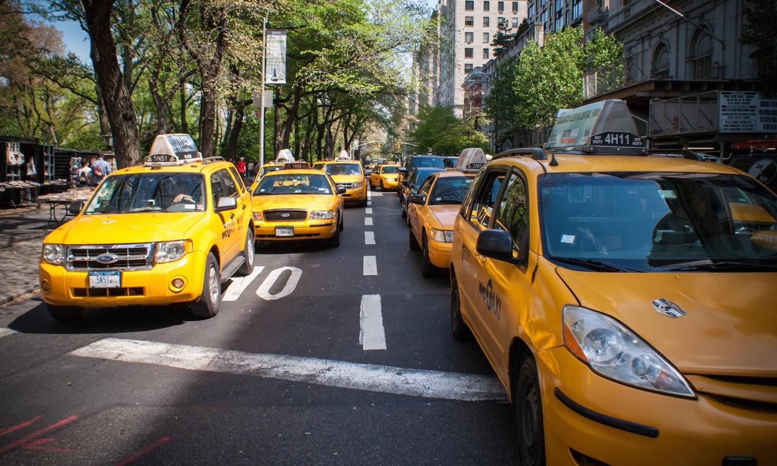 Taxifahren in New York: mehrere Taxis im Stau