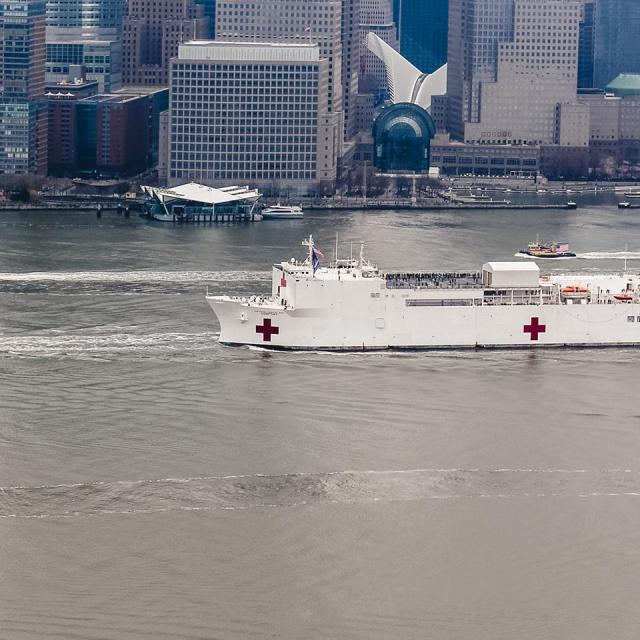 Die USNS Comfort in NYC